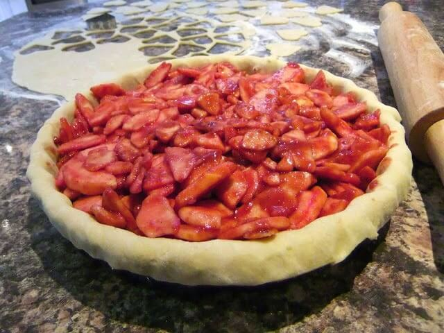 RED apple pie recipe with heart shaped scalloped pie crust. A pretty and delicious way to say I love you #lovelygreens #applepie #redapplepie #piedesign #pierecipe #valentinesdessert