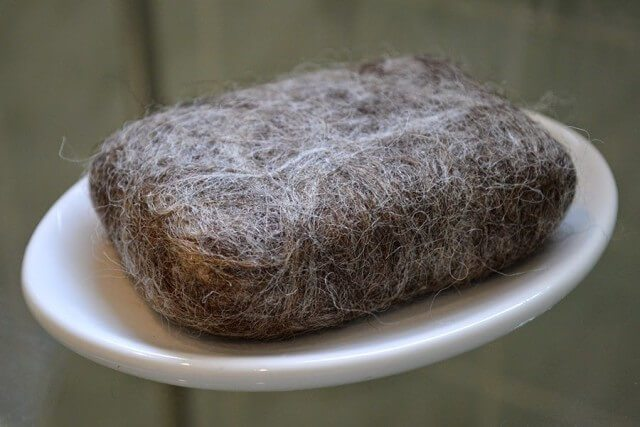 How to felt soap, making a natural wash cloth that's great for your skin: materials required are wool, a bar of soap, and a bit of water and liquid soap #lovelygreens #felting #wool #soapmaking