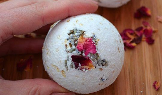 How to make natural Rose, Lavender, and Oatmeal Bath Bombs #bathbomb