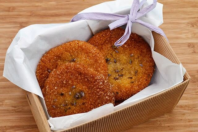 Honey & Lavender Cookie Recipe - this recipe combines the honey-sweet and buttery flavour of the cookie with the aromatic flavor of edible lavender buds. Beautiful and delicious! #lavender