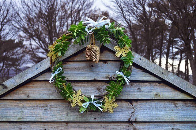 Step-by-step process on how to weave a simple willow ring and decorate it with foraged greenery as a natural Christmas wreath #lovelygreens #diychristmas #naturalchristmas