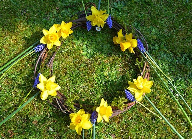 Learn how to make a natural willow and daffodil spring wreath - great for spring and Easter decorating! #flowerarranging