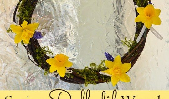 Learn how to make a natural willow and daffodil spring wreath - great for spring and Easter decorating! #flowers