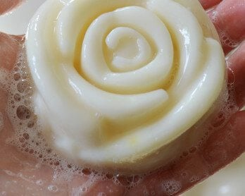 Make your own high quality, creamy face soap that cleanses while leaving your skin moisturised and soft. Recipes and soap making instructions #beauty