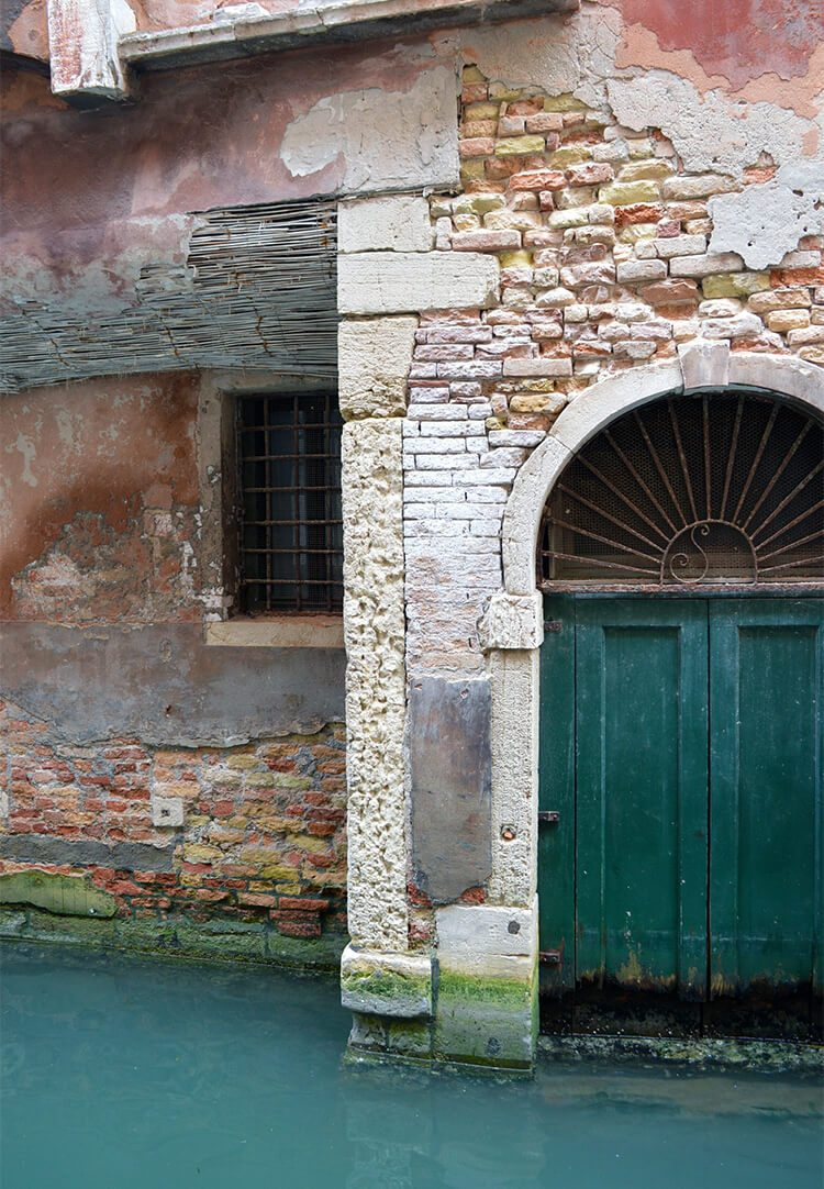 Crumbling building. Photo diary of a solo trip to Venice, Italy, one of the most romantic cities in the world.
