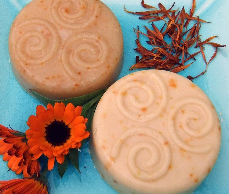 Calendula Flower soap recipe - the petals of this flower give natural and lasting color and are also great for your skin!