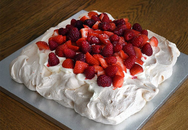 Easy recipe for light-as-air Pavlova with fresh cream, Strawberries and Raspberries