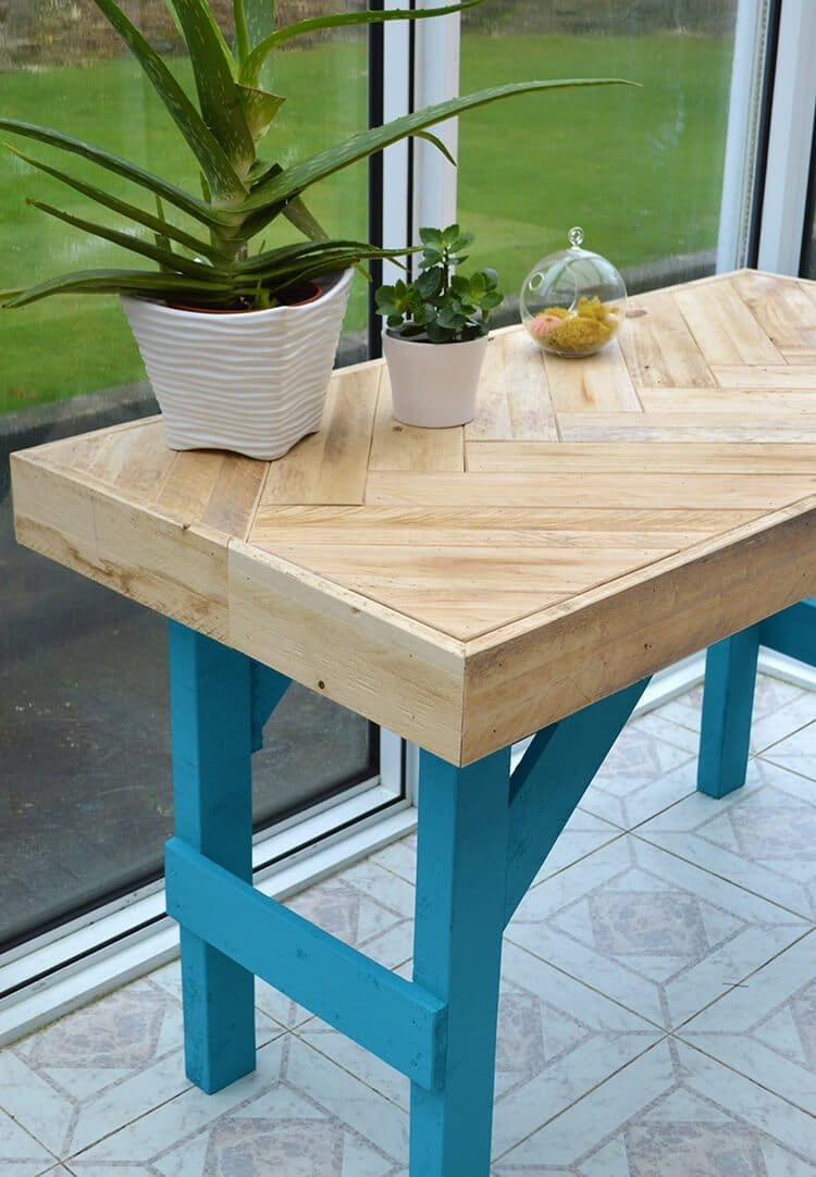 DIY Wooden Table made with Pallet Wood - Garden Living and ...