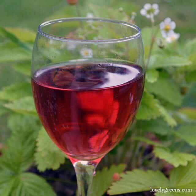 12 Juicy summer berry recipes and DIYs: Strawberry wine