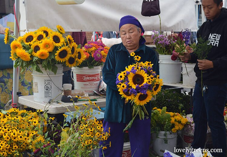 Sunflower Bouquets: Visiting the Ballard Farmers Market {locally grown food-porn ahead}