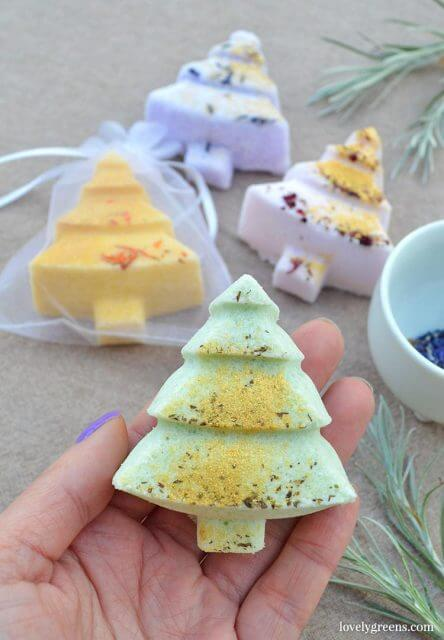 Make Christmas Tree bath bombs with beautifully scented essential oils, colored minerals, and naturally-fizzy ingredients. Quick and easy to make handmade gifts #diychristmas #diybeauty #handmadegift