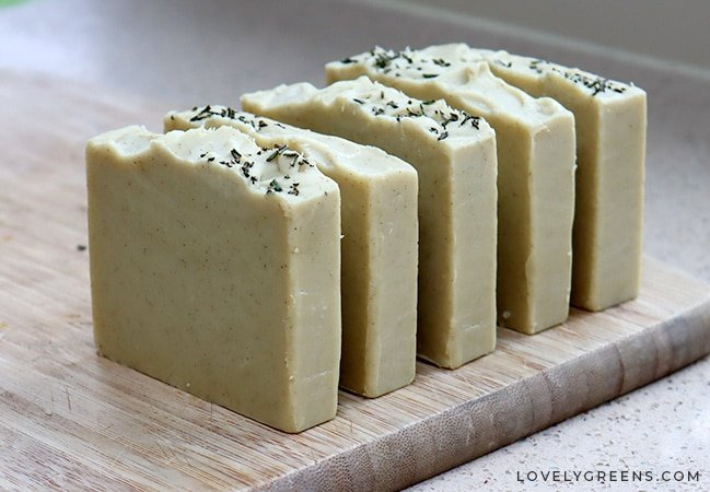 How to make an all-natural seaweed soap recipe from scratch using babassu oil, sea kelp, and skin-brightening essential oils. Full instructions using the cold process method and explains why seaweed is great for skin #soaprecipe #soapmaking #seaweed