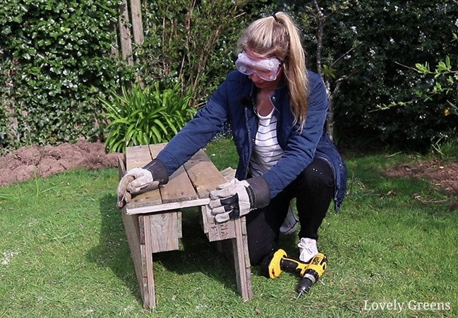 How to convert a single wood pallet into a deep container for growing food. Includes instructions and a video showing how to build a pallet planter and grow in it #pallet #gardeningproject #gardenidea #palletplanter
