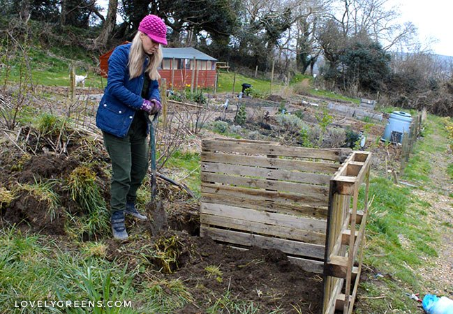 How to build an Easy Wooden Compost Bin using pallets