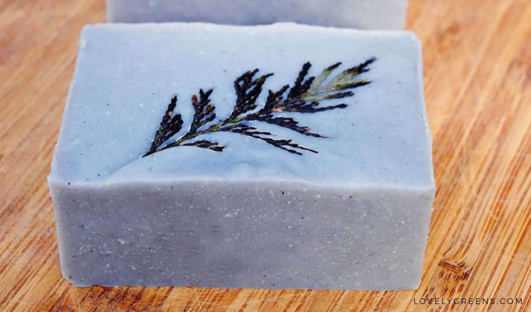 DIY Cedarwood & Lemongrass Soap with an 'Etched' Leaf Design -- naturally coloured with activated charcoal and decorated with cedar leaves #lovelygreens #soapmaking #soaprecipe #diychristmas