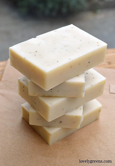 Earl Grey Soap recipe + instructions made with coconut oil, shea butter, and citrusy sweet bergamot essential oil #soapmaking #makesoap #earlgreyrecipe #bergamotessentialoil #soaprecipe