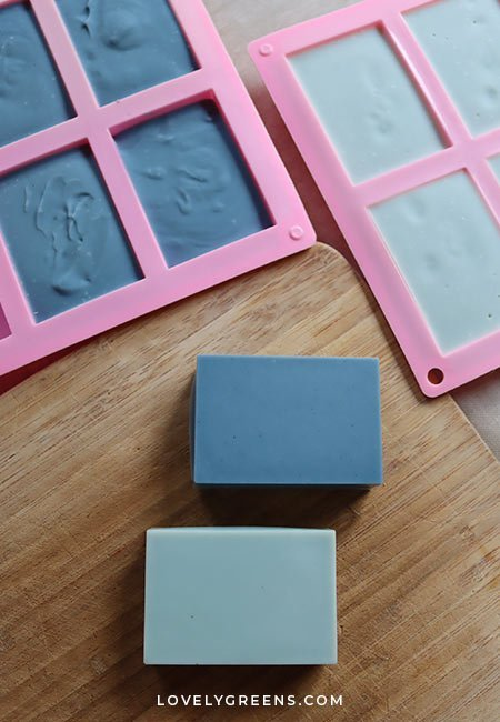 Ways to use indigo to create natural blue soap and an introduction to using green indigo powder in soapmaking #soaprecipe #naturalsoapcolorant