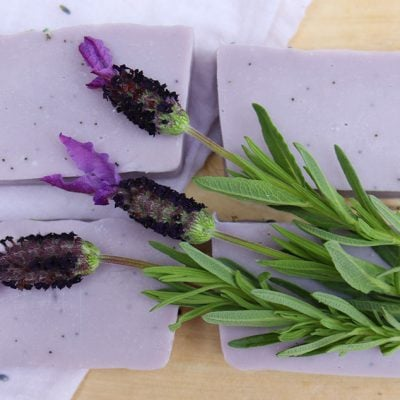 Poppy Seed & Lavender Soap recipe: a modern twist on classic lavender with an earthy base note and decorated with dried flowers and poppy seeds. Includes full DIY instructions #lovelygreens #soapmaking #soaprecipe