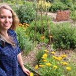 22 Smart tips to save time & effort in the garden including ways to reduce time watering, weeding and digging #gardeningtips #vegetablegarden #gardening