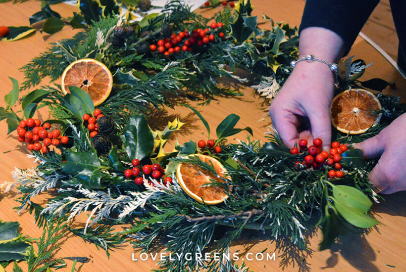 Step-by-step process on how to decorate a fresh Christmas wreath with foraged greenery, berries, and dried fruit. Also includes how to create a wreath base using willow #diychristmas #freshchristmaswreath #naturecrafts