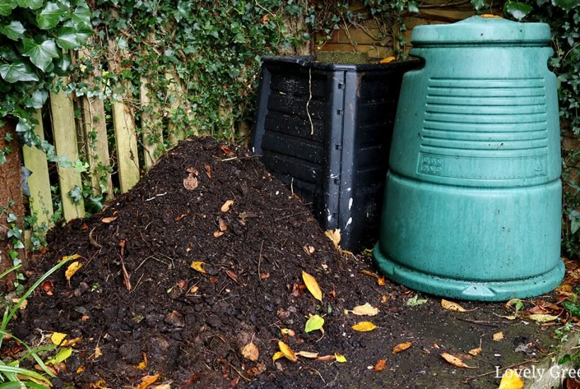 There are many ways to make compost but this is the easiest way. All you need is a bin, a mixture of brown and green waste, and a little bit of time #organicgardening #gardeningtips #compost #permaculture