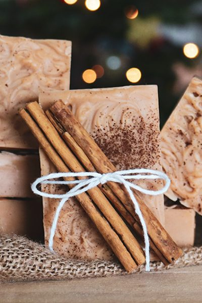How to make natural cinnamon soap with pure essential oils, cocoa butter, clay for natural color, a simple swirl decoration, and a dash of cinnamon spice for decoration #lovelygreens #soaprecipe #naturalsoap #soapmaking