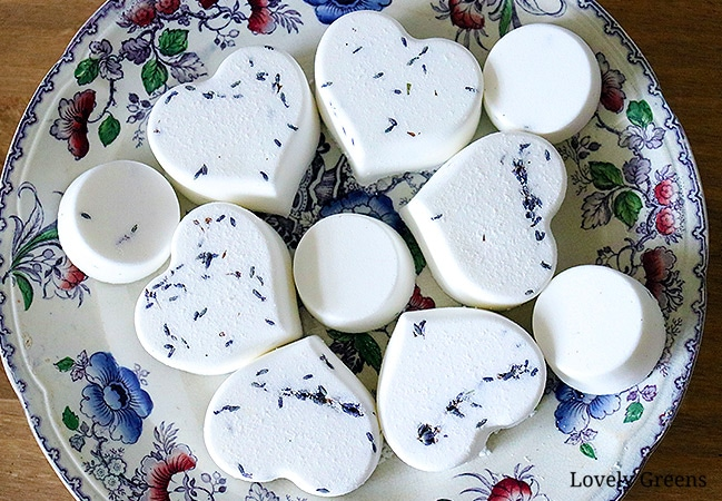 Natural Lavender Bath Bomb recipe with full DIY instructions #diybeauty #lavenderidea #easydiy