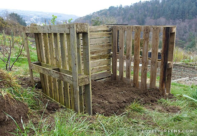 How to build an Easy Wooden Compost Bin using pallets. The project takes about 10 minutes and will give you a place to transform garden and kitchen waste into rich compost for the garden. Also includes tips on how to pick pallets and how to build a compost heap inside