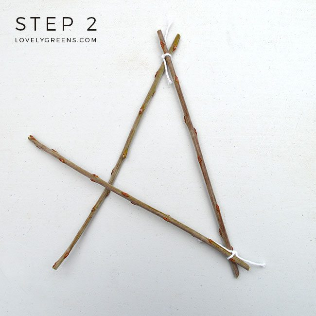 How to weave a Simple Twig Star -- all you need are five twigs and string. Make your own natural Christmas ornaments or a fun nature craft with the kids #lovelygreens #diychristmas