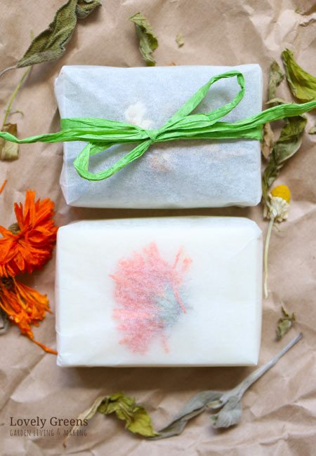 Eco-friendly soap packaging ideas for your own handmade gifts. All can be recreated simply and inexpensively using paper, string, lace, fabric, and other natural materials #lovelygreens #soap #soapideas #soaprecipe